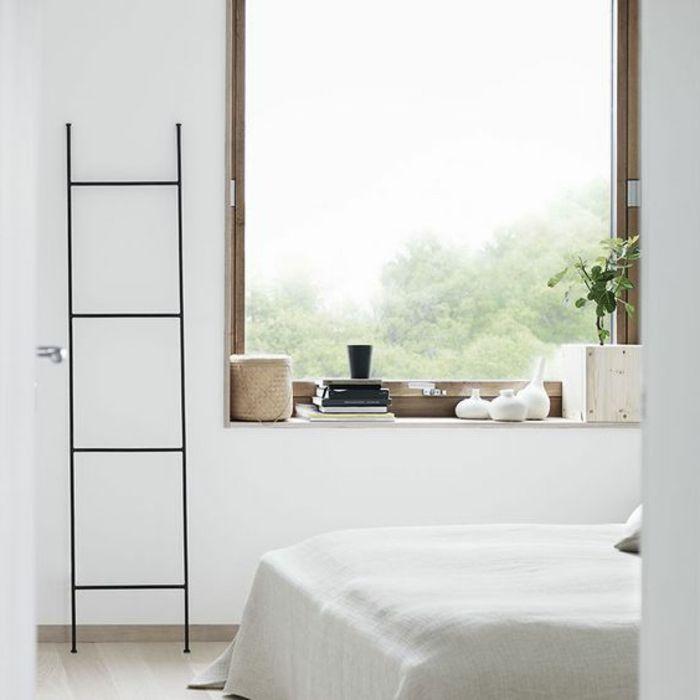 Fensterbank aus Holz mit deko sachen am fenster sitzen | Möbel und ...