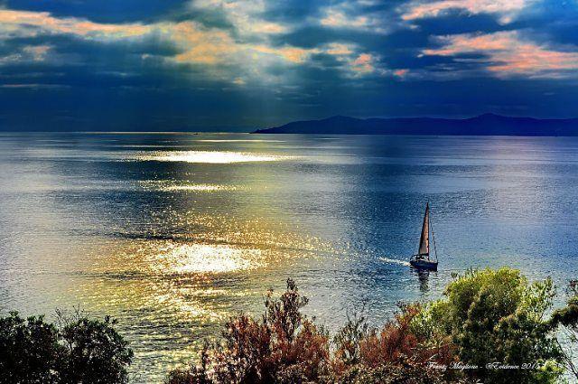 @cici_modele  Photo de ma région prise par @frantzmaglione Rayol Canadel 83 Var #cicimodele #hyeres #provencealpescotedazur #mer #bateau #paca #soir #couchedesoleil #rayolcanadel #sudfrance