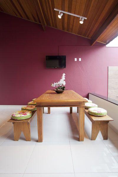A mesa de madeira, os bancos com futons coloridos e peças de decoração deixaram o espaço ainda mais descontraído.