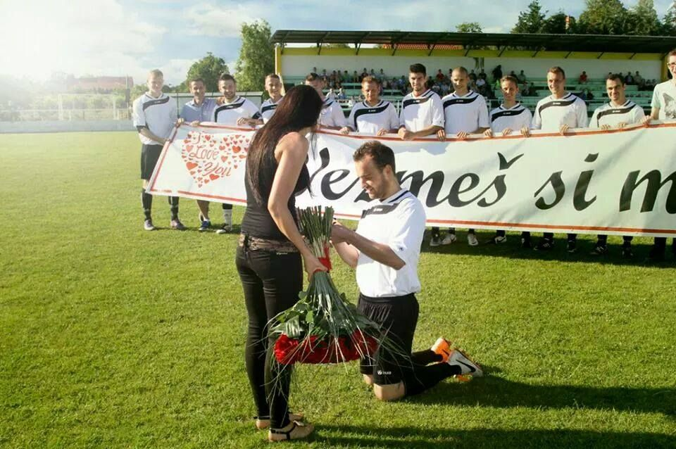 Will you marry me? (football version)