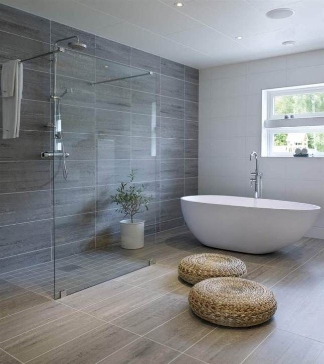 Une grande salle de bains avec douche à l\'italienne et baignoire ...
