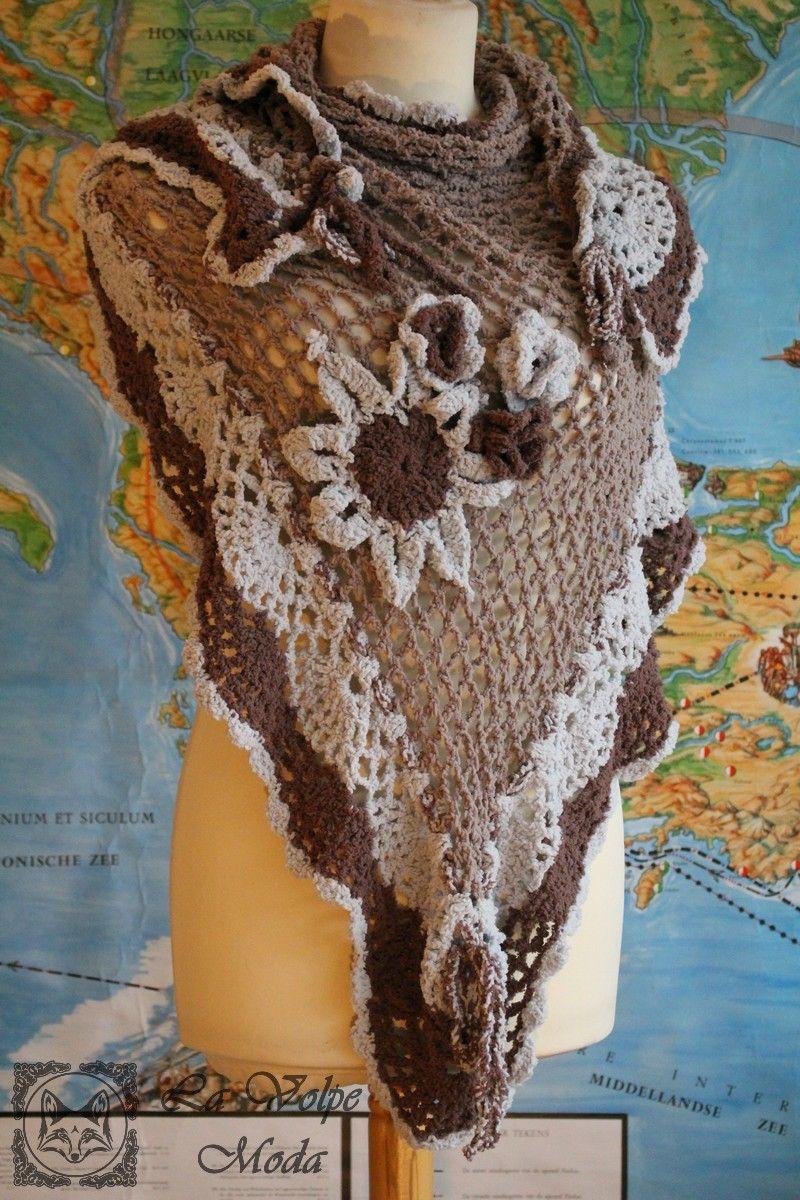 De gehaakte driehoek sjaal is gemaakt van chenille. Dit is een zacht materiaal, voelt aan als velours. De sjaal is gedecoreerd met gehaakte bloemen. Kleuren: taupe, bruin, licht grijs. Materiaal: chenille, 100% polyester. Afmetingen breedte 1.85m lengte 1.20m