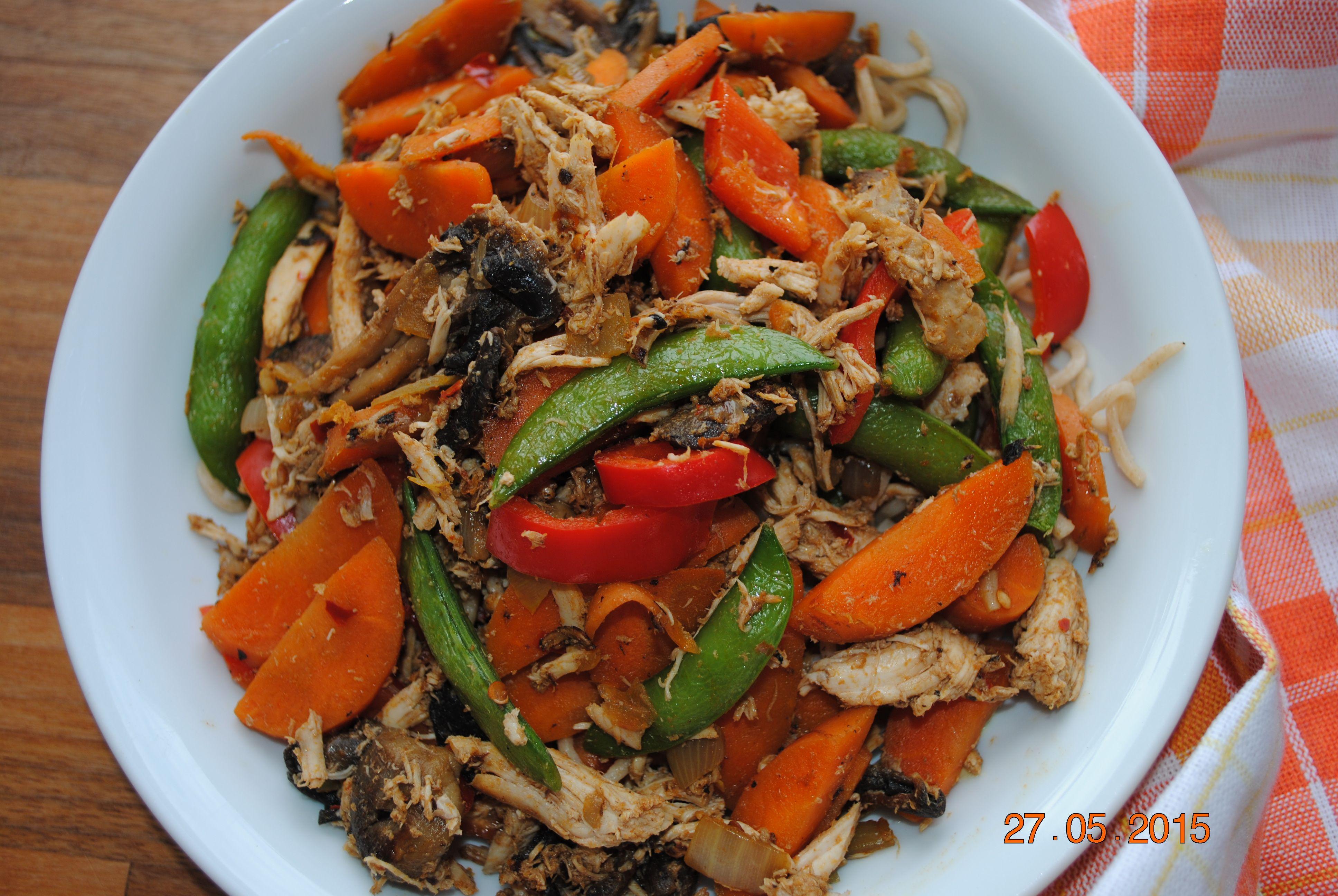 Nem wokret med rester af grøntsager fra køleskabet, en rest kylling og grove nudler.
