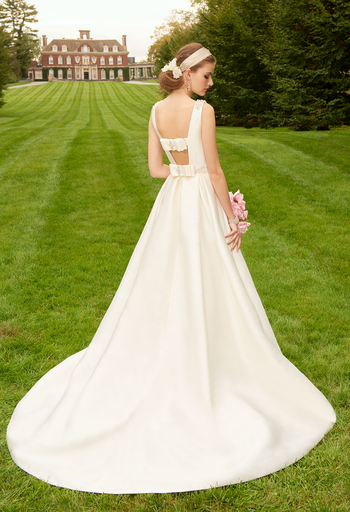 Look and feel like a princess on the big day in this magnificent