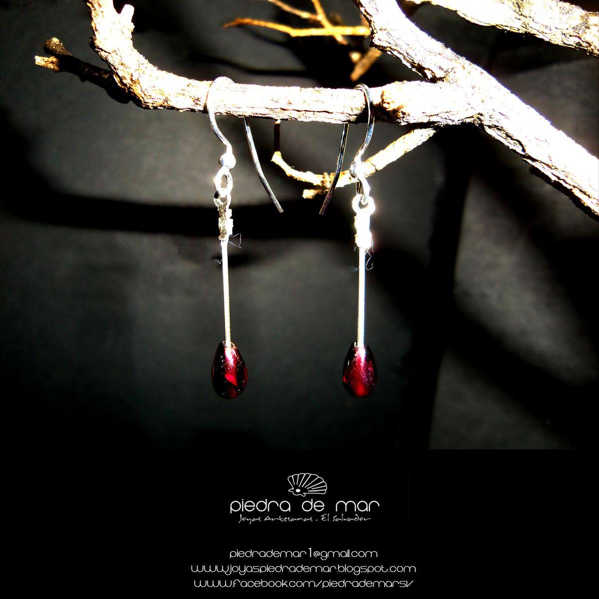 """Aretes de plata 925 con granates. 2"""" largo.  925 silver earrings with garnets. 2 """"long.  Más Información - More Information: piedrademar1@gmail.com www.joyaspiedrademar.blogspot.com"""