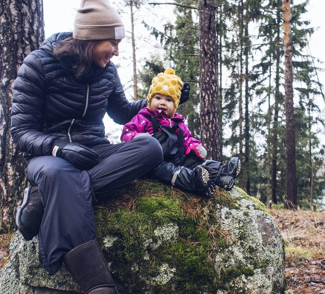 Tuumailtiin hetki maailman menoa kivellä istuen.  Mun mommy lookin kenkävalinta ei ole se tyylikkäin mutta ei kuulkaa varpaat jäädy villasukkien kera. #metsäretki #nature #ulkona