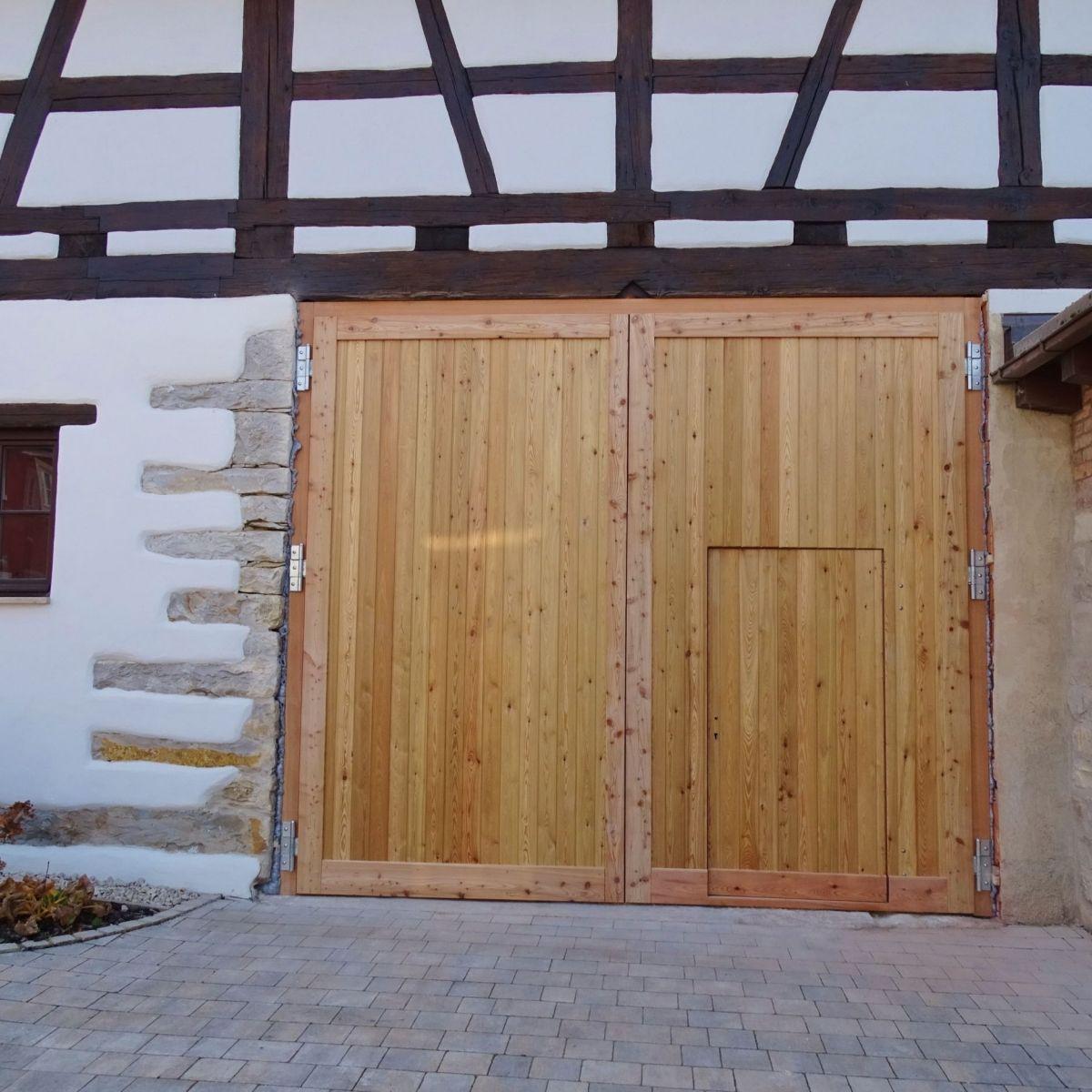 Tor In Larche In Fachwerkgebaude Holztor Fenster Und Turen Haus Aussen