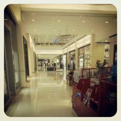Iguatemi  - Em Alphaville, você encontra o Shopping Center Iguatemi. Localizado logo na entrada do Bairro, esse Shopping que dispensa apresentações oferece uma gama completa de opções de compras, lazer e entretenimento!  Vale a pena uma visita!