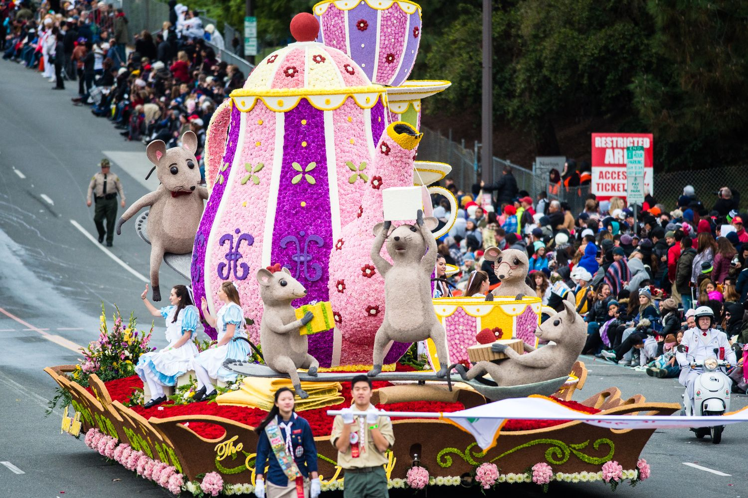 Photos From The 2017 Rose Parade Colorful Floats And Animal Themes Eclipse A Cloudy Monday Tournament Of Roses Parade Rose Parade Tournament Of Roses