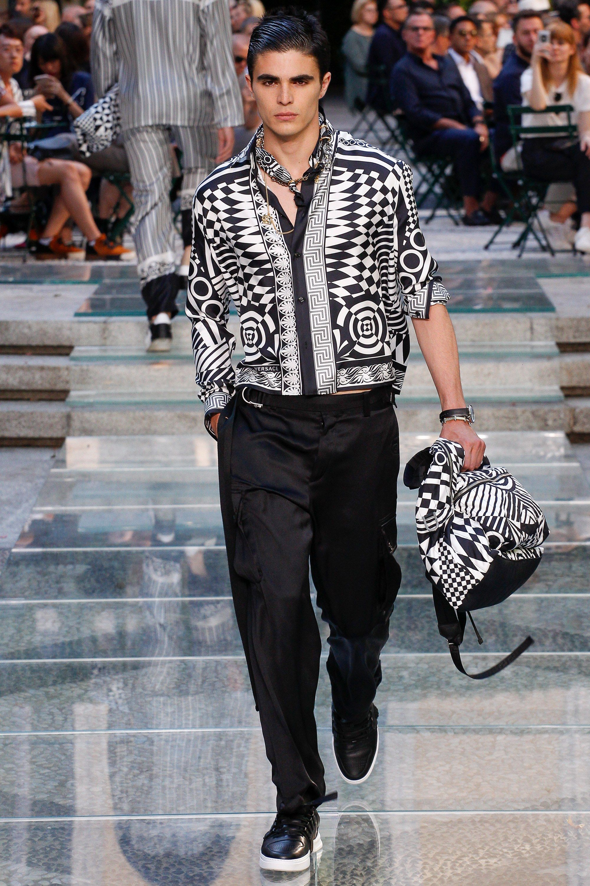 abfd4051c6ed See the complete Versace Spring 2018 Menswear collection.