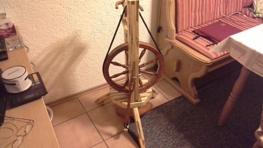 Schönes Spinnrad das funktioniert.  dazu gibt es 1 Sack wolle.,Spinnrad mit…