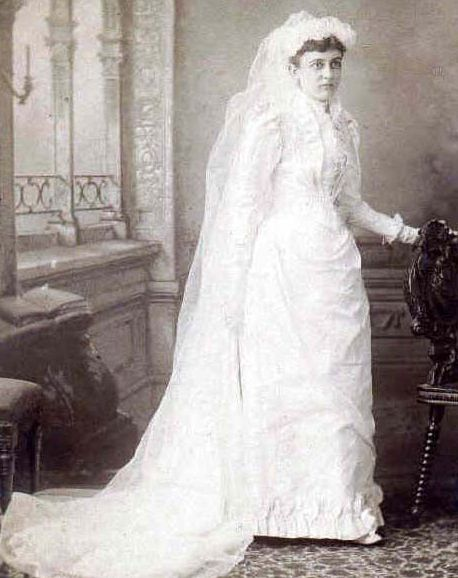 Great s wedding dress Covered most of the body long veil