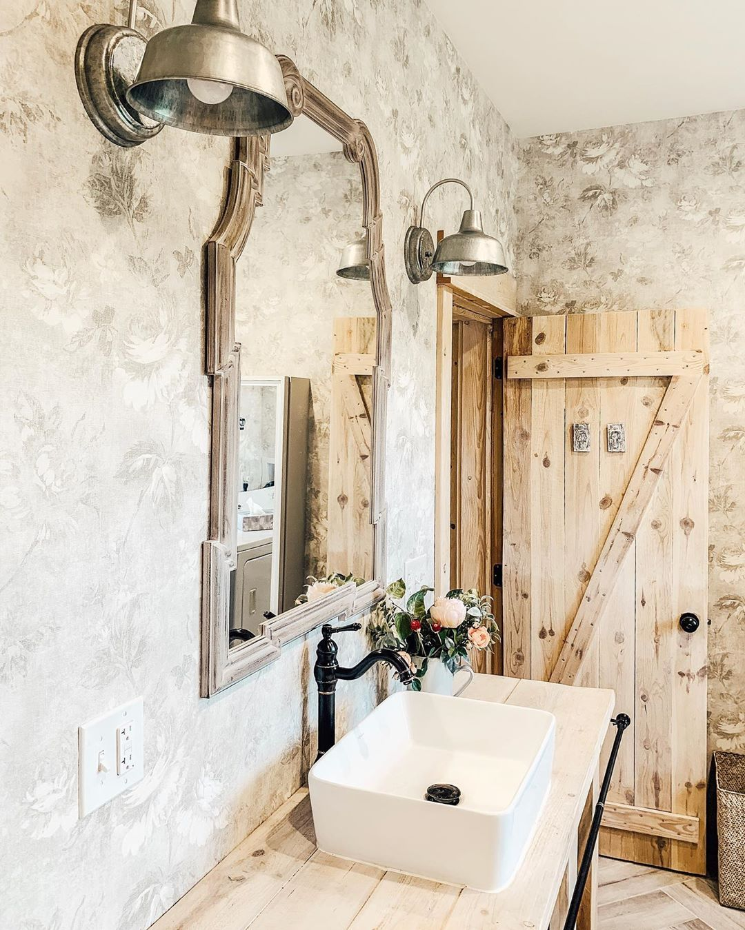 Nothing like a good old barn door to add some character to a room! 👏 @fletchercreekcottage has added a barn door for her bathroom door and it couldn't look any better there! 😍  Who knew you could some rustic charm in small doses?  #rusticfarmhouse #bathroom #bathroommakeover #barndoor   Find home decor items to create your perfect cozy corner at www.decorsteals.com