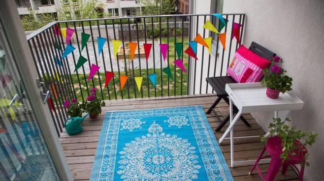 IS sisusti parvekkeen alle sadalla eurolla. Tarvitaan vain mattoa, kukkia, koristetyynyjä.