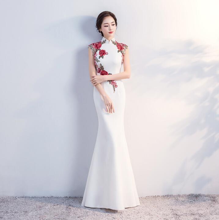 89cf9e098cfc00 Wit en Rood 2018 Klassieke bloemen cheongsam jurk Verbeterd vissenstaart  Bruid Chinese Traditionele Trouwjurk in Wit