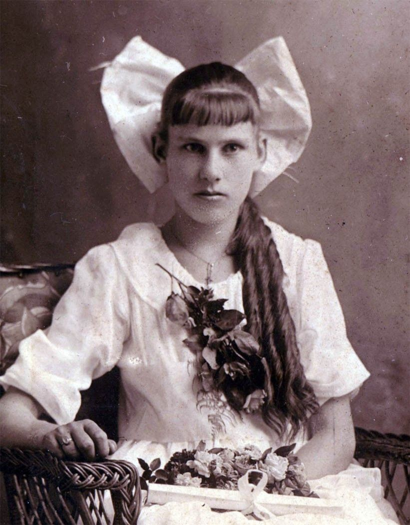 teenage girl 1912 - gotta love the bow in her hair!   music man in