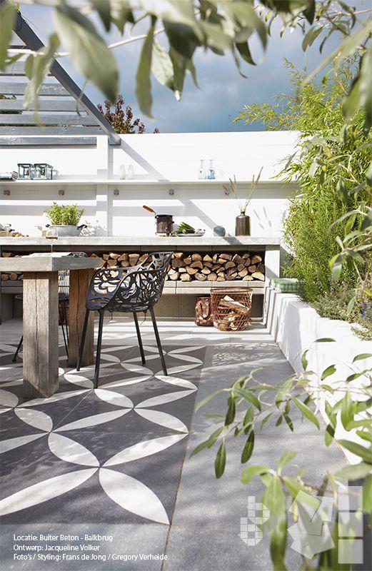 Binnen buitentuin met vtwonen buitentegels buitenkeuken duostone dessin flower white on black - Kleine tuin zen buiten ...