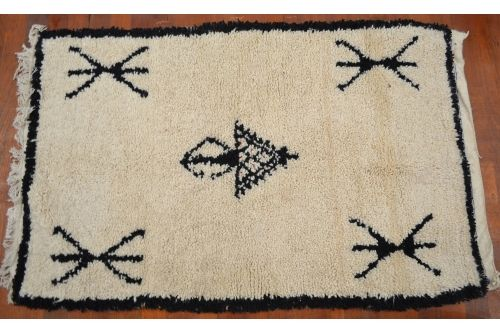 petit tapis marocain en laine noir et blanc motif berb re tapis marocain pinterest tapis. Black Bedroom Furniture Sets. Home Design Ideas