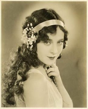 Pin By Katie Powles On 1920 S With Images Flapper Hair 1920s Flapper Hairstyles 1920s Hair