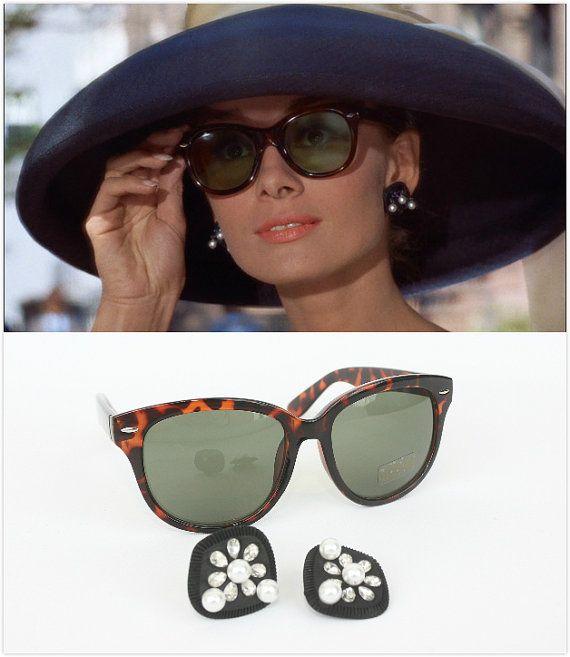 d0b8bbe58023 Audrey Hepburn desayuno en traje negro pendientes de Tiffany   protección  de UV400 gafas de sol ojos de gato