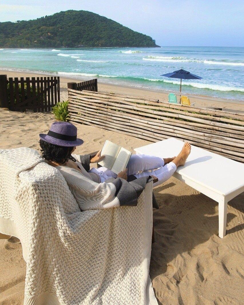 """Sombra água fresca (e um bom livro)  O dia mais esperado da semana chega assim com a doce lembrança das minhas """"mini-férias"""" na praia  Bom dia!  #AliceFerraz #FhitsLove #FhitsWish #Saturday"""