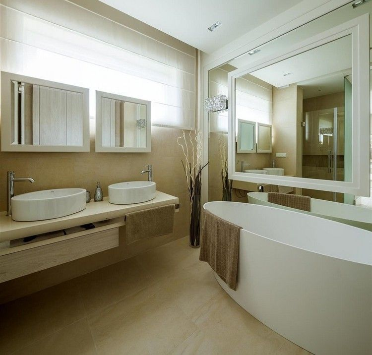 Moderne Badezimmer Beige Fliesen Badewanne Spiegelwand Doppel Waschtisch