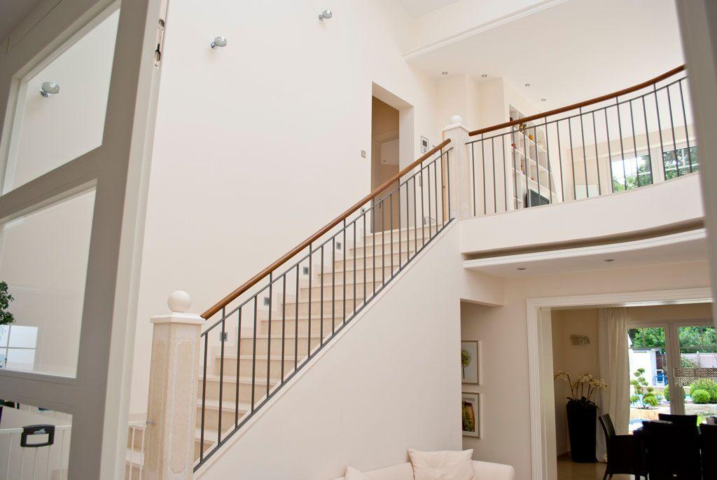 Weiße Holztreppen holztreppe weiß lackiert mit metallgeländer und galerie treppe