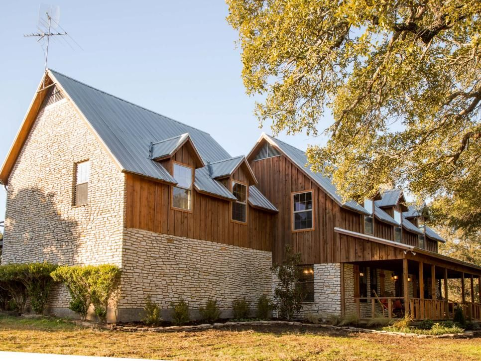 Chip And Joanna Battle Bees And Some Structural Surprises As They Help A Baylor Professor And His Wife Transform A Fright With Images House Paint Exterior Fixer Upper House