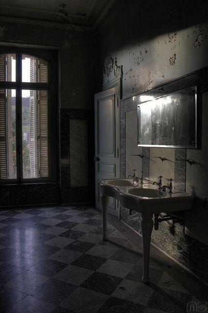 salle de bains chateau lumiere d coration sombre salle de bains et salle. Black Bedroom Furniture Sets. Home Design Ideas