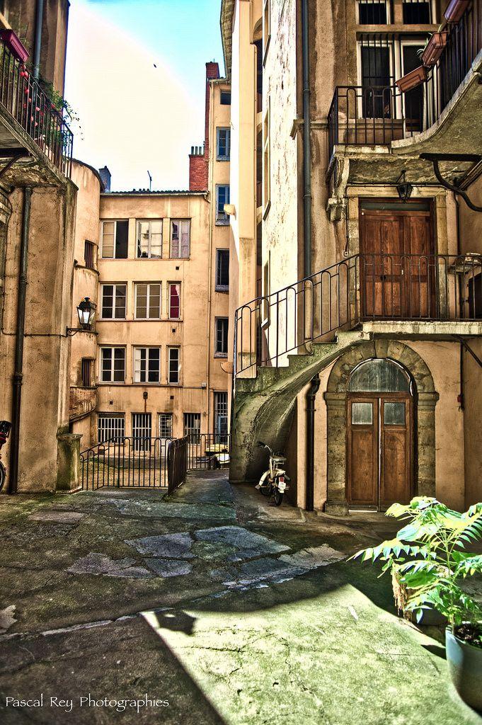 Traboule à l'angle de la montée des Chazeaux et de la rue du Boeuf. by Pascal Rey Photographies