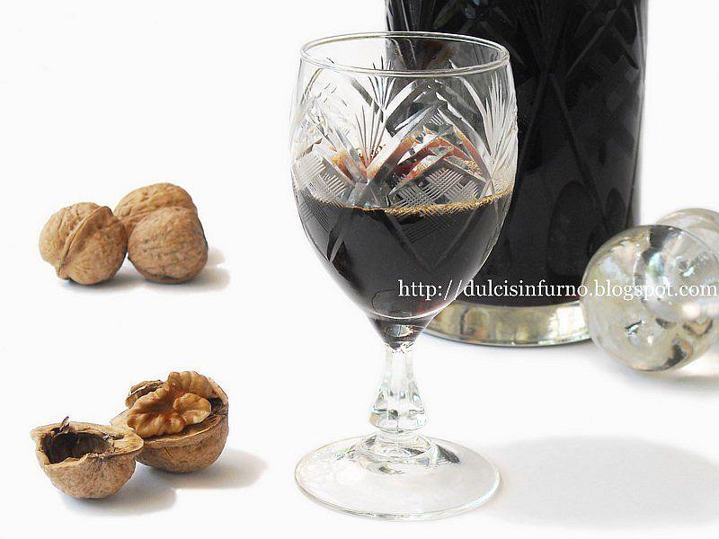 NocinoIngredienti: 1 litro di alcol a 95° 18-20 noci con mallo 200g di zucchero 250g di acqua 1 noce moscata 1 stecca di cannella 10 chiodi di garofano 1/2 corteccia di china