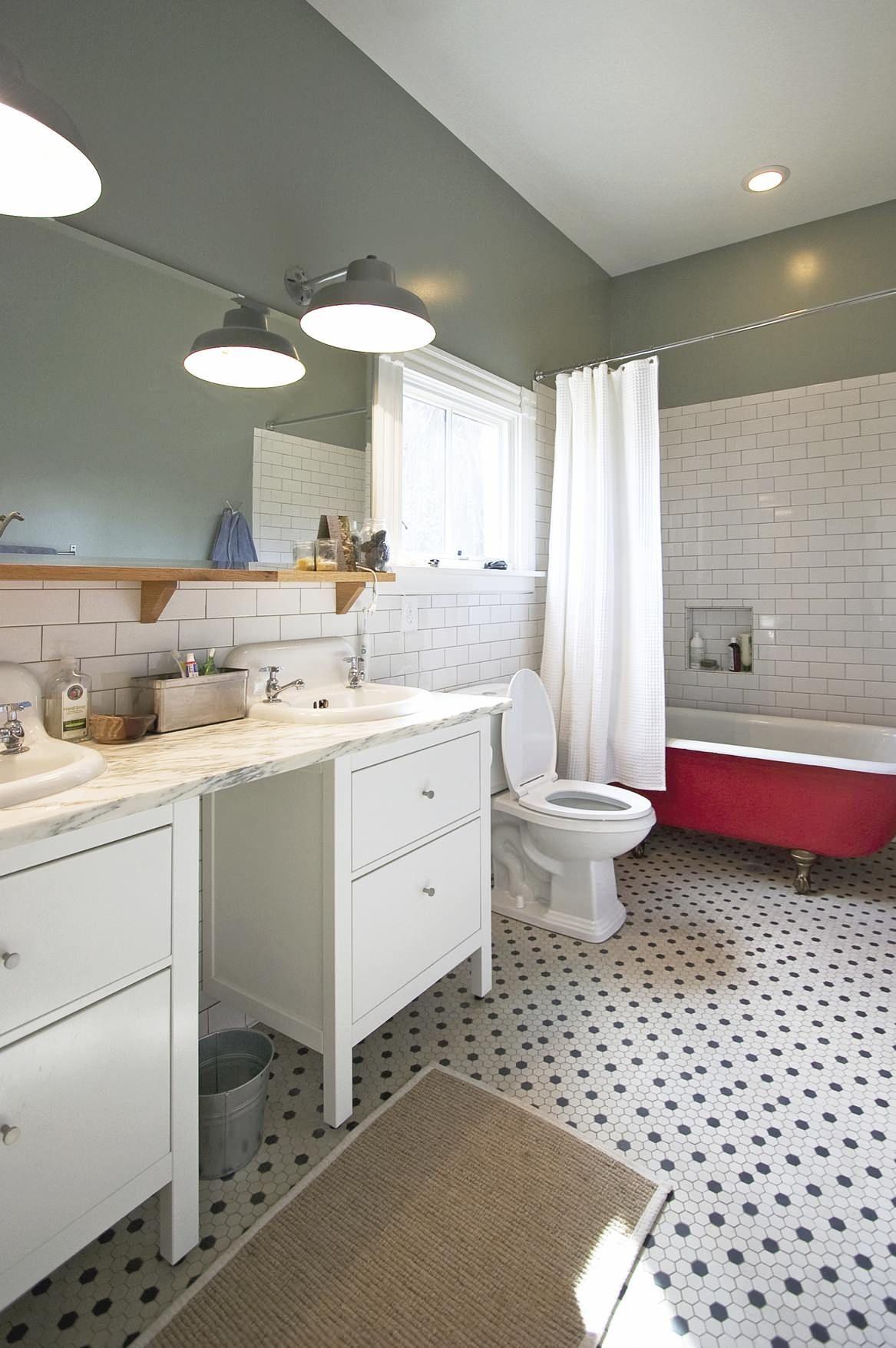 Modern Bathroom Decoration Features Classic Clawfoot Tub: Subway ...