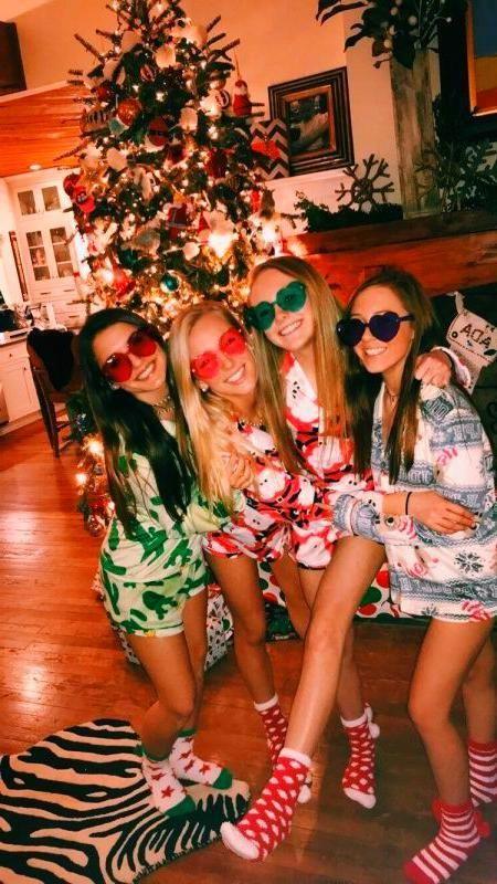 Christmas Eyeshadow Looks In 2020 Bff Christmas Friend Christmas Friend Photoshoot