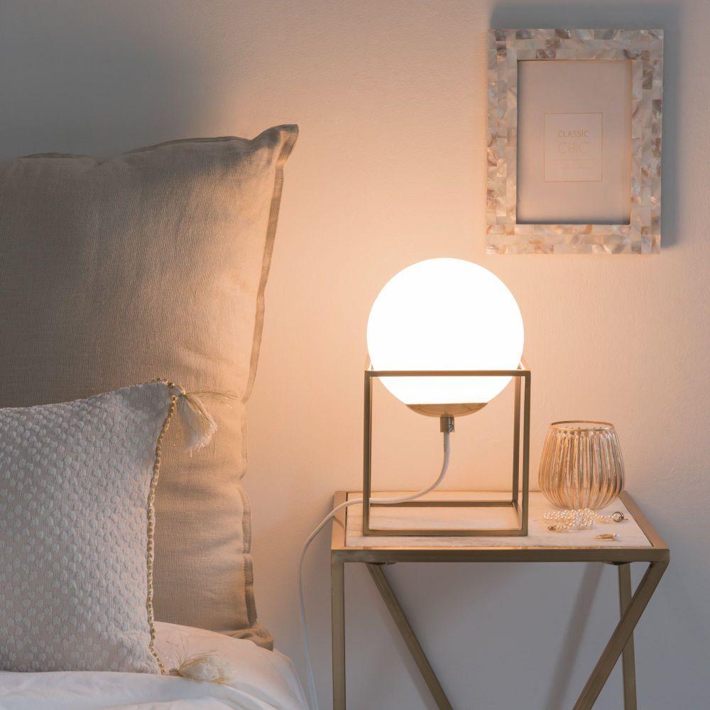 mobilier de salon et boule en verre