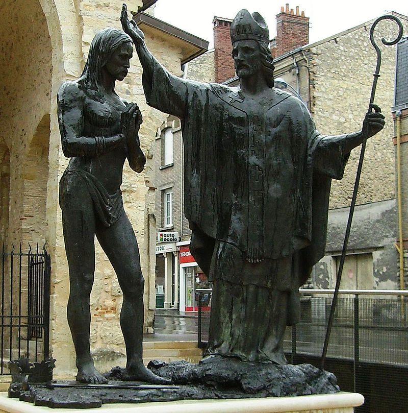 Statue de St-Rémi baptisant Clovis devant la Basilique de St-Rémi