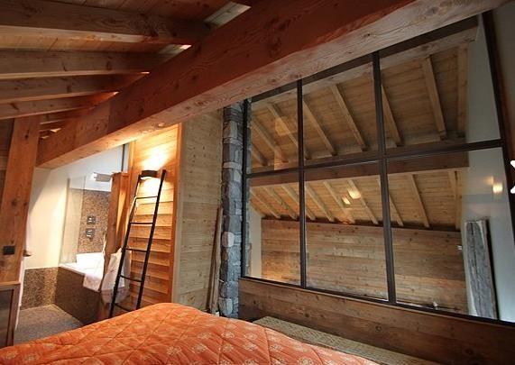 Chambre avec cloison en verre pour séparer du reste du chalet