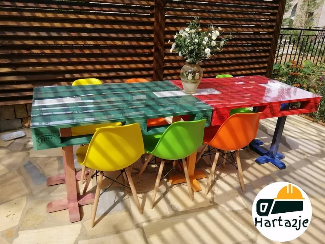 التفاصيل كراسي بلاستك ملونة مع أرجل خشب طاولة مصنوعة من خشب الطبليات الأوروبية الجديدة ن Home Decor Decor Furniture
