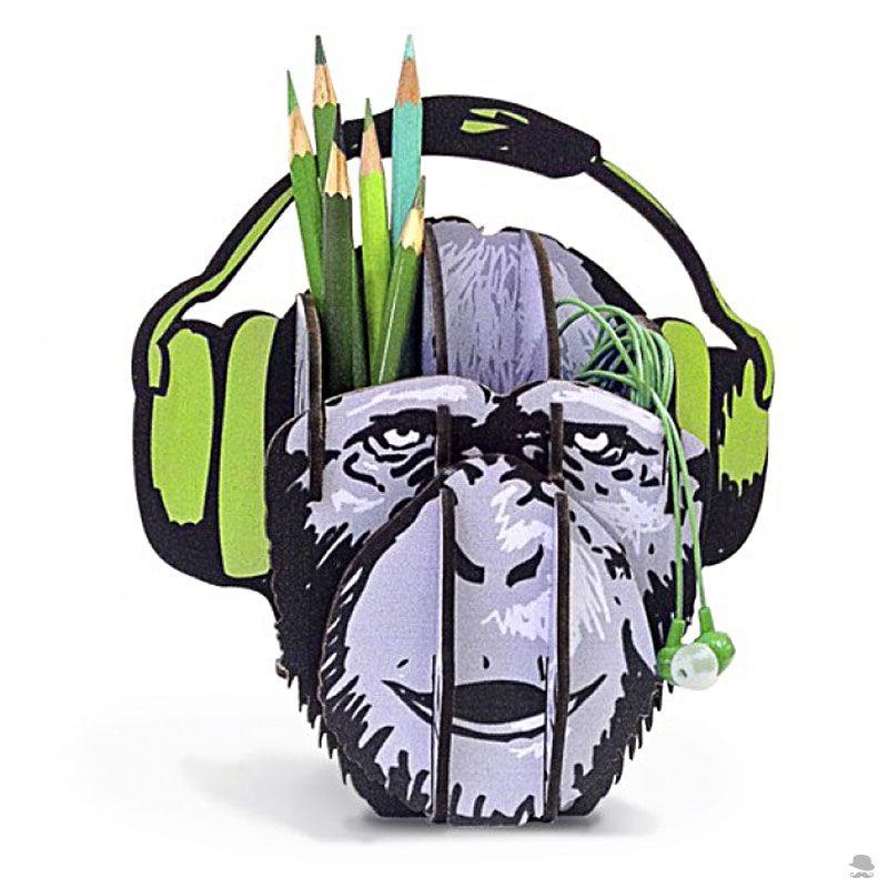 Porta Treco Macaco Dj Um dos grandes desafios da humanidade é a organização, especialmente de mesas, onde lápis, clips, canetas e tantos objetos de tantos ofícios se espalham. Daí porta-trecos serem presentes coringas. Compre>> http://bit.ly/1NDQ6Kw