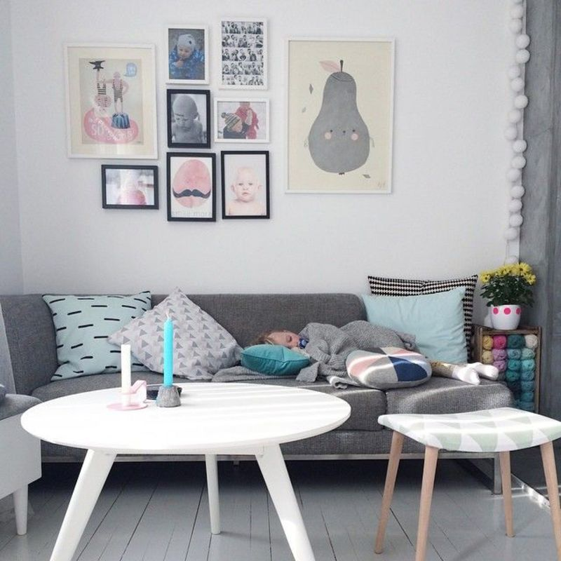 salon type scandinave avec canap gris et tables basses blanches affiches pastels au mur d co. Black Bedroom Furniture Sets. Home Design Ideas