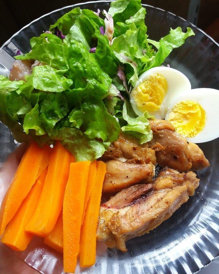 Almoço simples e prático  Ovo+cenoura+frango +saladona 😋😋 . . #comidadeverdade #comidasimples #proje...