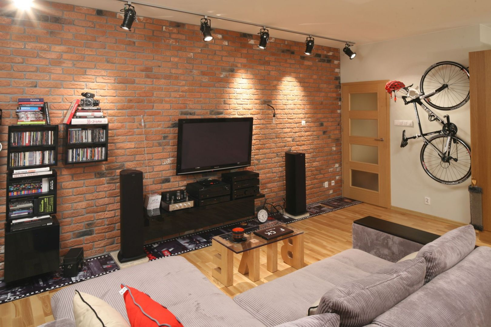 Nieduży Salon Urządzono W Stylu Loft Wyłożoną Cegłą ścianę
