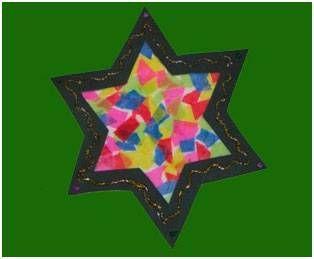 Basteln mit Kindern - Ideen für den Advent: Basteln Sie mit Ihrem Kind einen bunten Weihnachtsstern aus Tonpapier und Transparentpapier. Den Stern können Sie im Advent zur Dekoration in Ihrer Wohnung aufhängen. #weihnachtsdekobastelnmitkindern