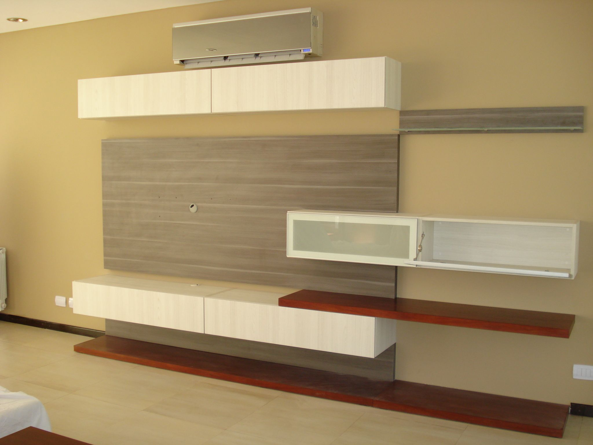 El mueble de tv lo realizamos en melamina texturada en dos for Muebles de melamina