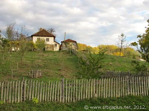 Drlače, dvorište i kuće kraj puta Ljubovija - Bajina Bašta