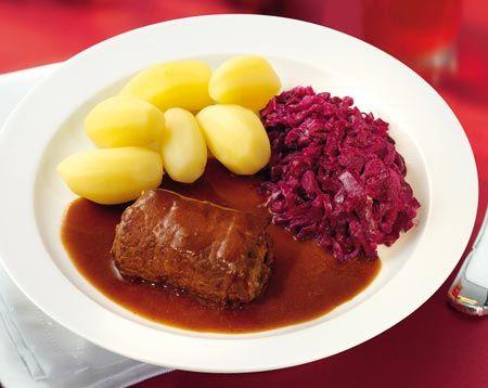 Rinderrouladen mit Salzkartoffeln und Rotkohl