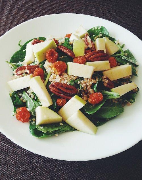 Supersalaatti kvinoasta, pinaatista ja vuohenjuustosta