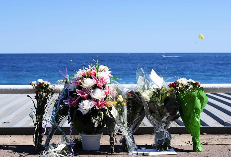Gedenken: Die Promenade Anglais in Nizza ist mit Blumen übersät. Viele Franzosen und auch Touristen legen Blumen nieder im Gedenken an die Opfer des Terroranschlages am Nationaldfeiertag, als ein gebürtiger Tunesier mit einem Lkw Amok gefahren ist und 84 Menschen getötet hat. Mehr Bilder des Tages: http://www.nachrichten.at/nachrichten/bilder_des_tages/ (Bild: AFP)