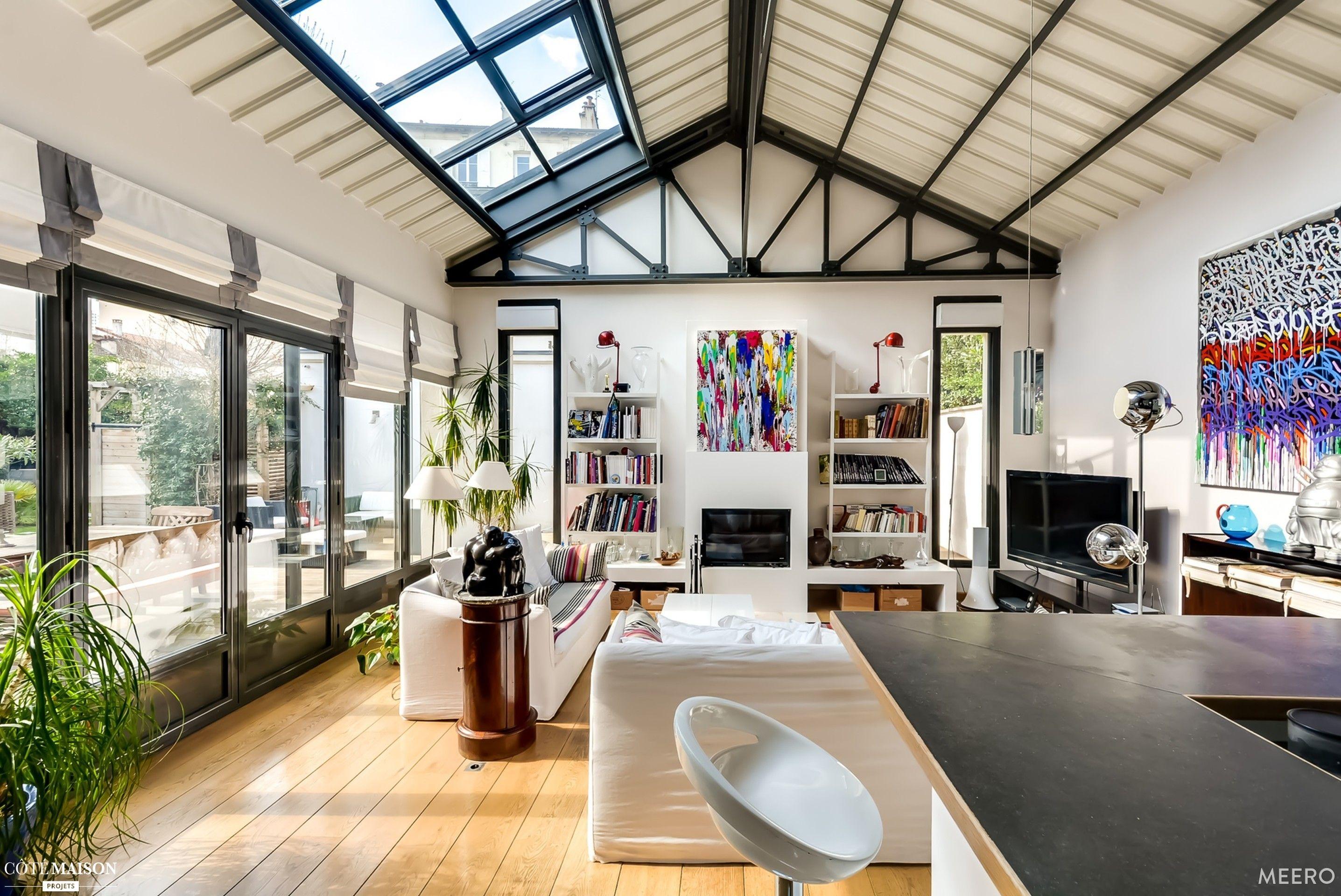 Grand loft moderne et ouverte avec poutres m talliques for Salon poutre apparente