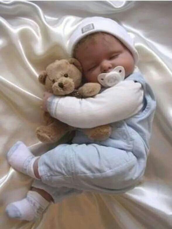 14d052a09 Bebe durmiendo con su osito de peluche | Fotos | Bebe, Juguetes bebe ...