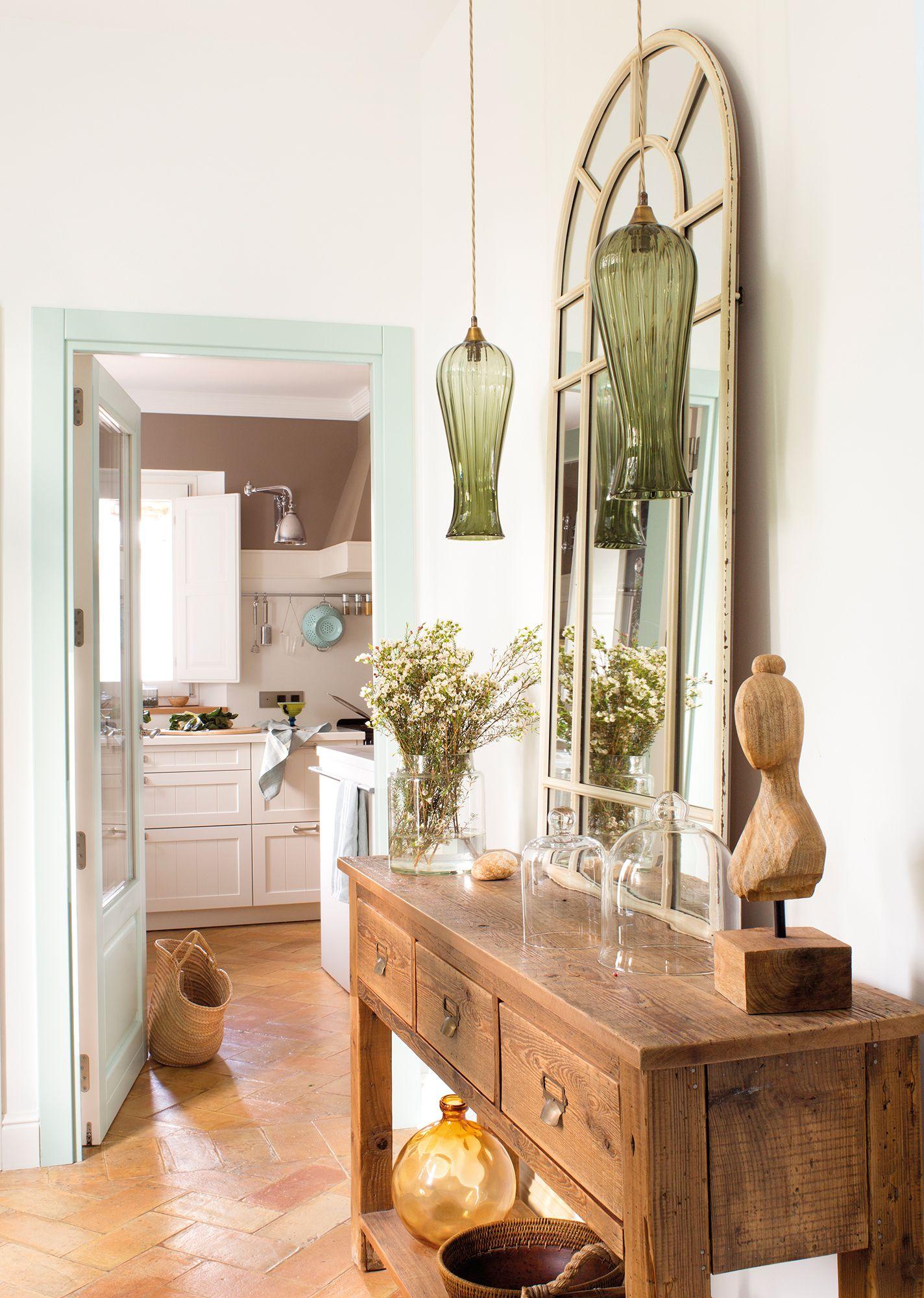 Recibidor con consola espejo y l mparas verdes de cristal for Consolas decoracion hogar